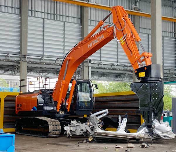 Hitachi car dismantling machine